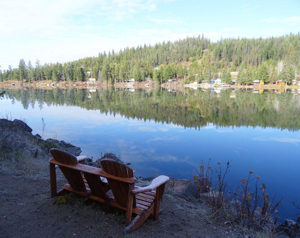 Kuva peilityynestä järvestä
